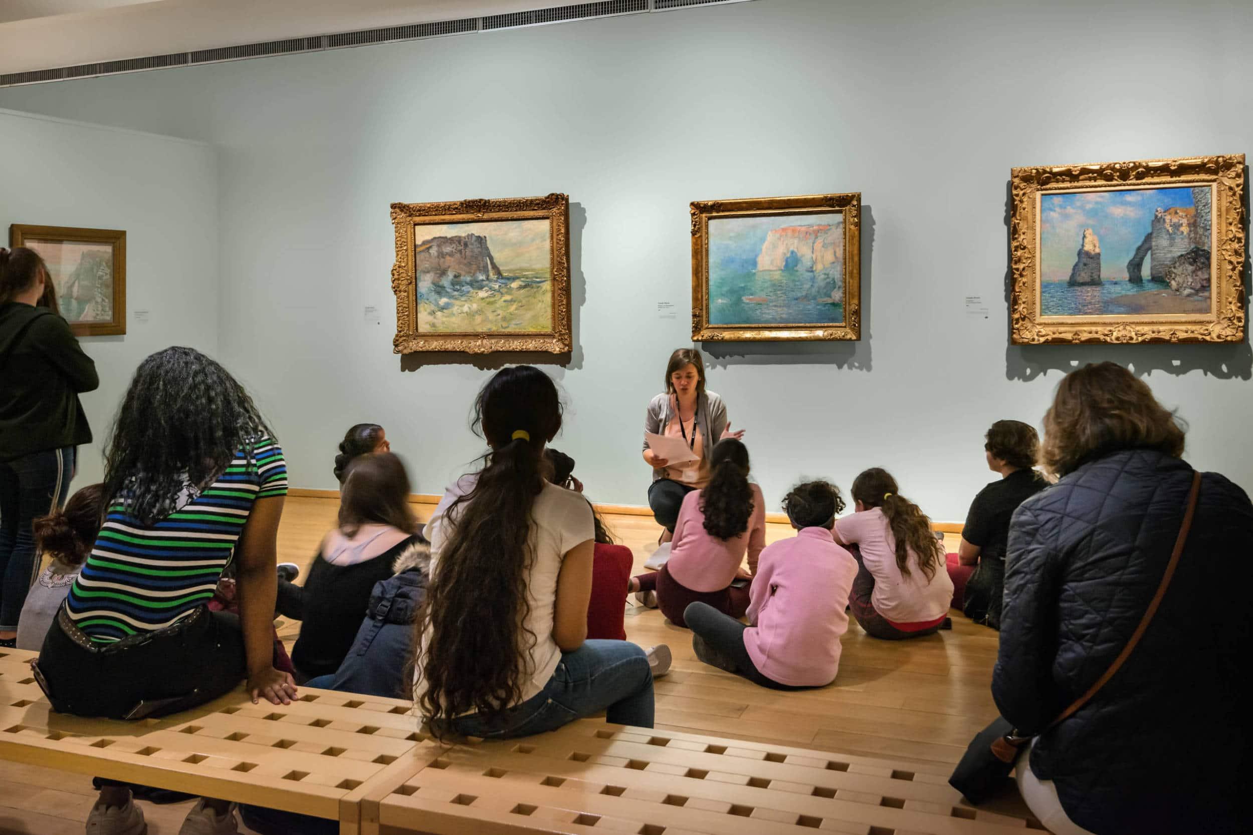 Visite guidée d'un groupe de visiteurs au musée des impressionnismes Giverny