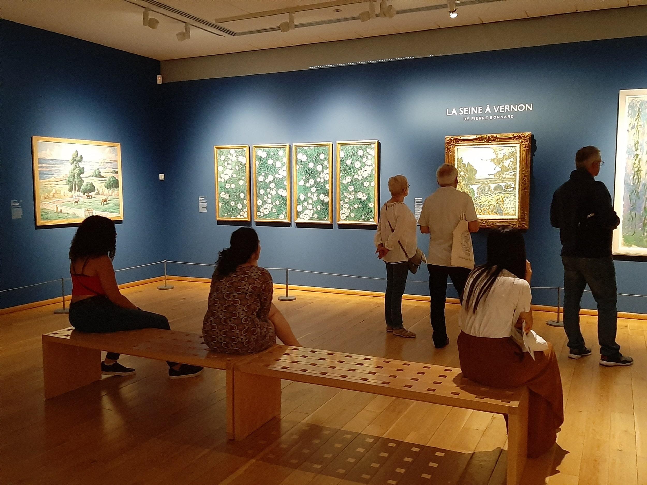 Visiteurs dans les galeries d'exposition du musée des impressionnismes Giverny