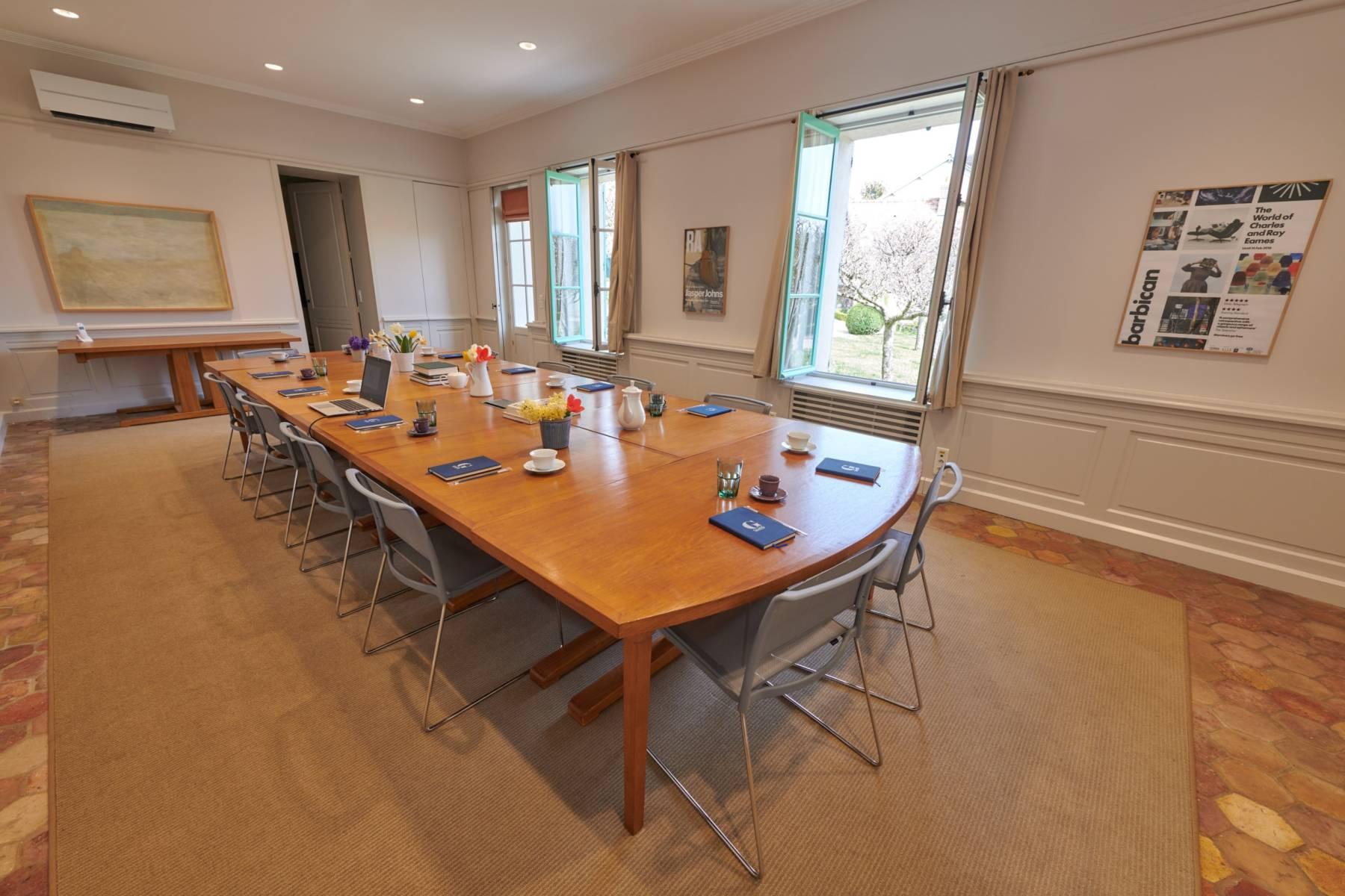La salle de réunion de la maison d'artistes, Le Hameau